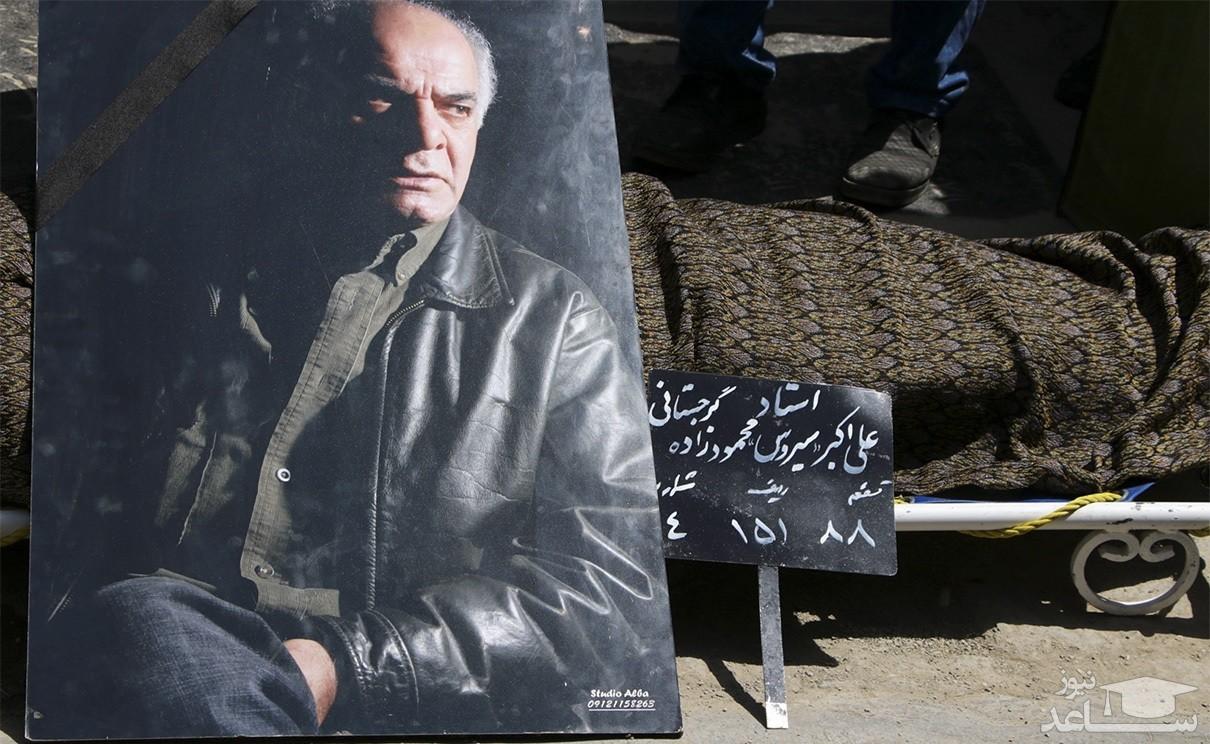 افرادی با ظاهری عجیب در مراسم تدفین سیروس گرجستانی