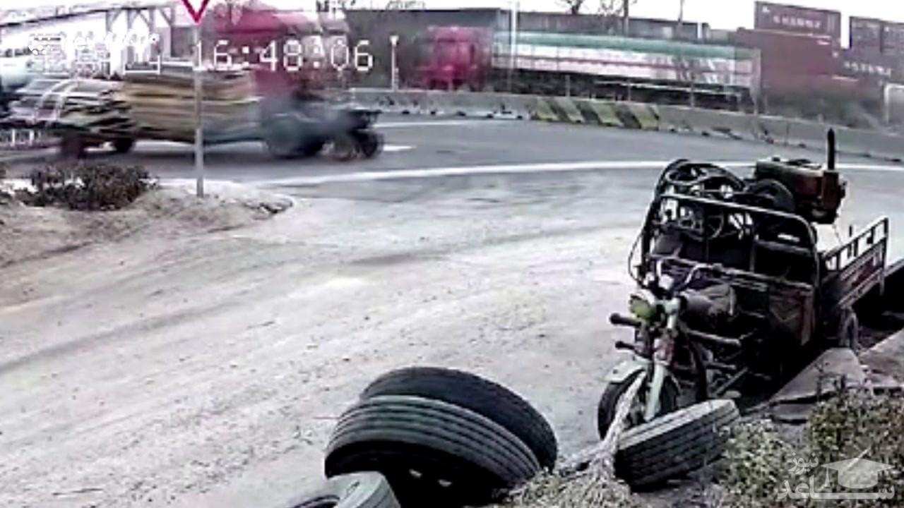 (فیلم) اتفاق غیرمنتظره برای راننده یک تراکتور