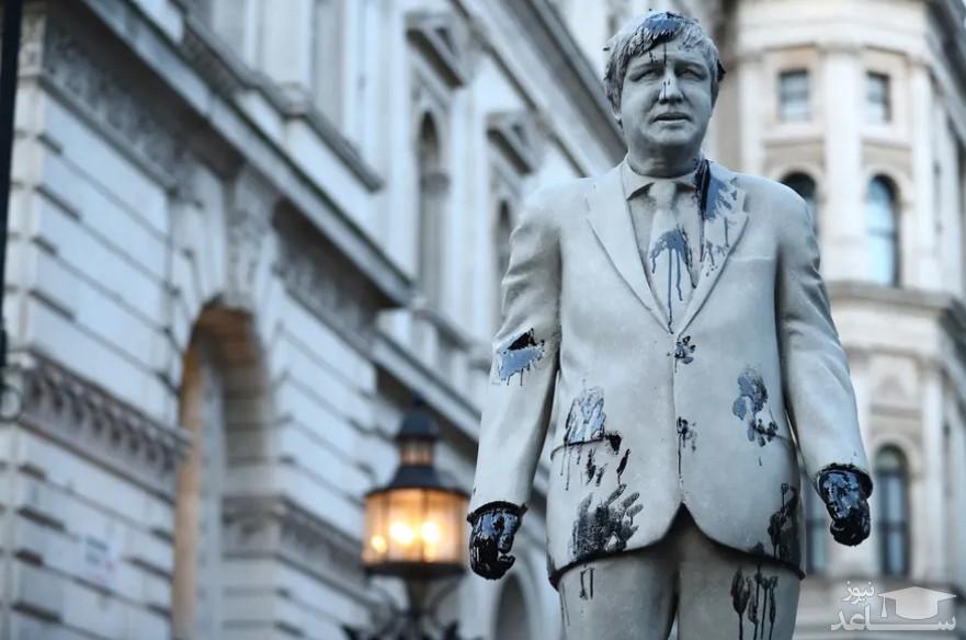 """نفتی کردن مجسمه """"بوریس جانسون"""" نخست وزیر انگلیس در جریان تظاهرات فعالان محیط زیست در لندن/ رویترز"""
