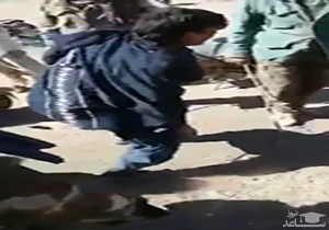 (فیلم) محاکمه صحرایی یک جوان به دست طالبان به دلیل کشیدن سیگار!