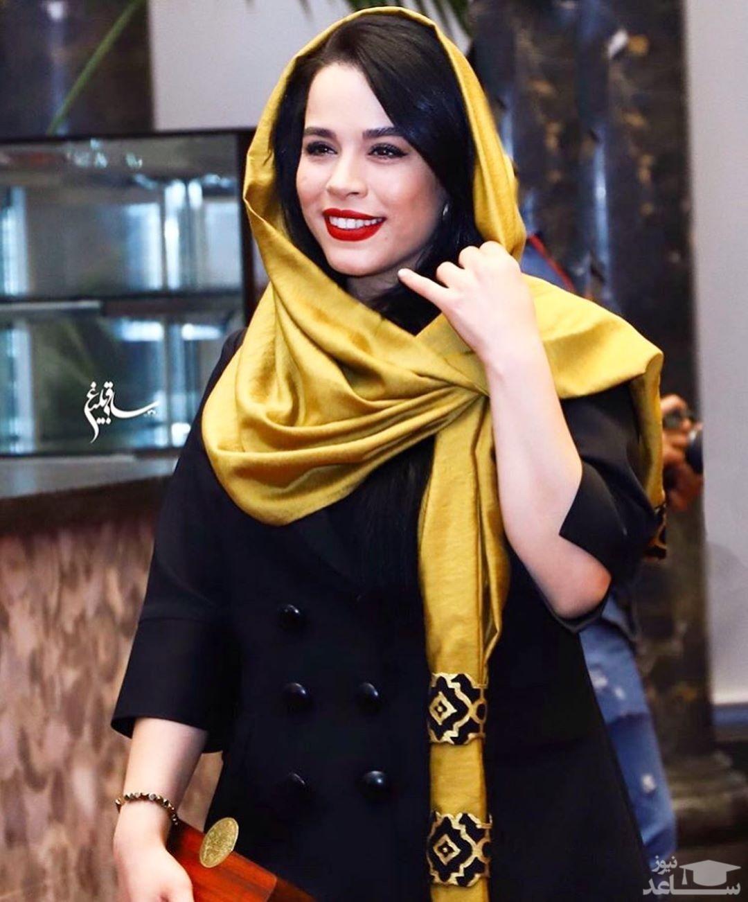 ملیکا شریفی نیا در کودکی با لباس مدرسه