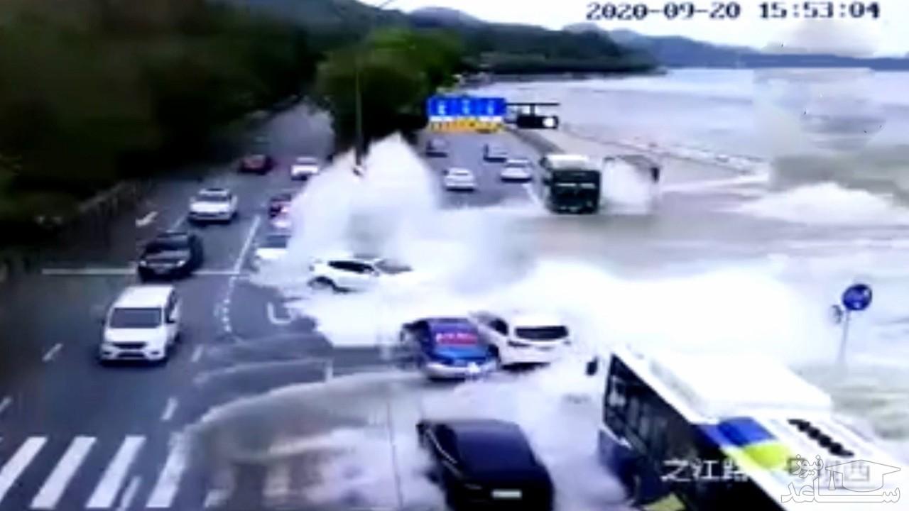 (فیلم) موجی که خودروهای در حال عبور را با خود برد