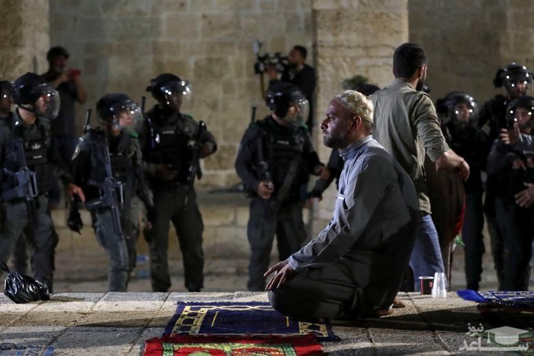 نماز خواندن معترض فلسطینی
