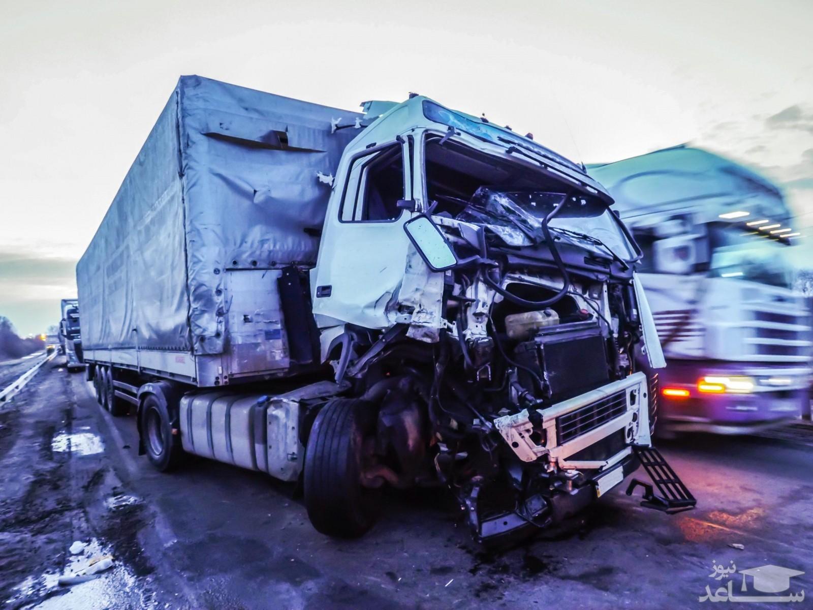 (فیلم)تصادف وحشتناک چند کامیون در بزرگراه