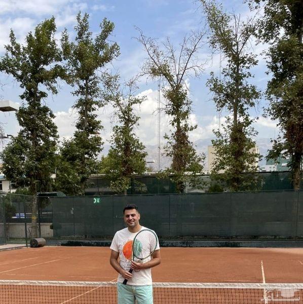 علی ضیا در حال تنیس بازی کردن
