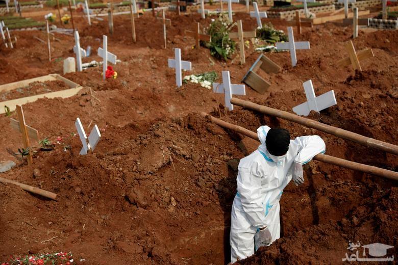 کندن قبر برای انبوه فوتی های روزانه کرونا در شهر جاکارتا اندونزی. اندونزی طی روزهای گذشته سخت ترین روزهای خود را از سر می گذراند و تعداد فوتی های روزانه از عدد 1250 نفر گذشته است