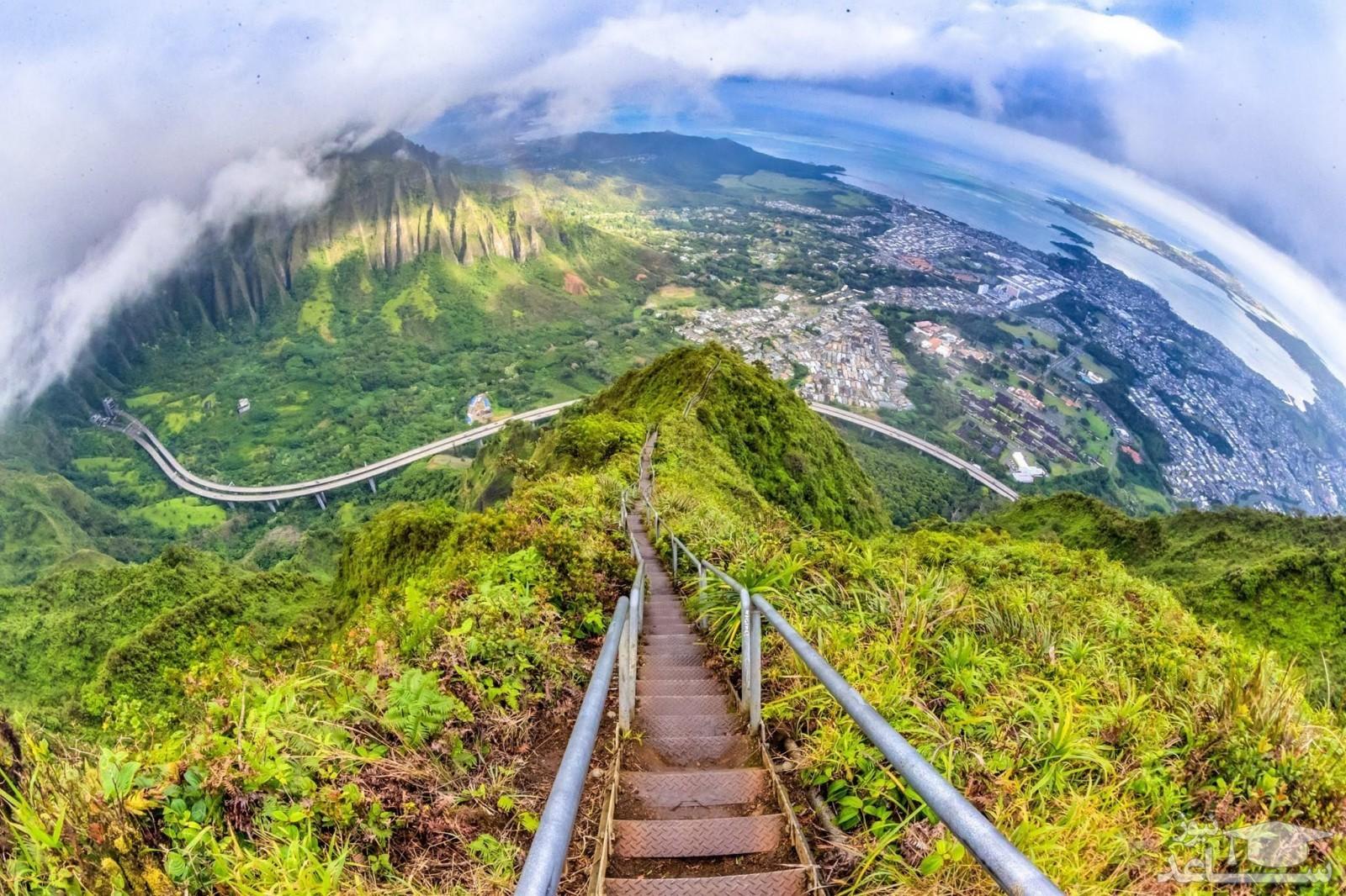 (عکس) 8 پله بزرگ عجیب در نوک کوه به سمت بهشت