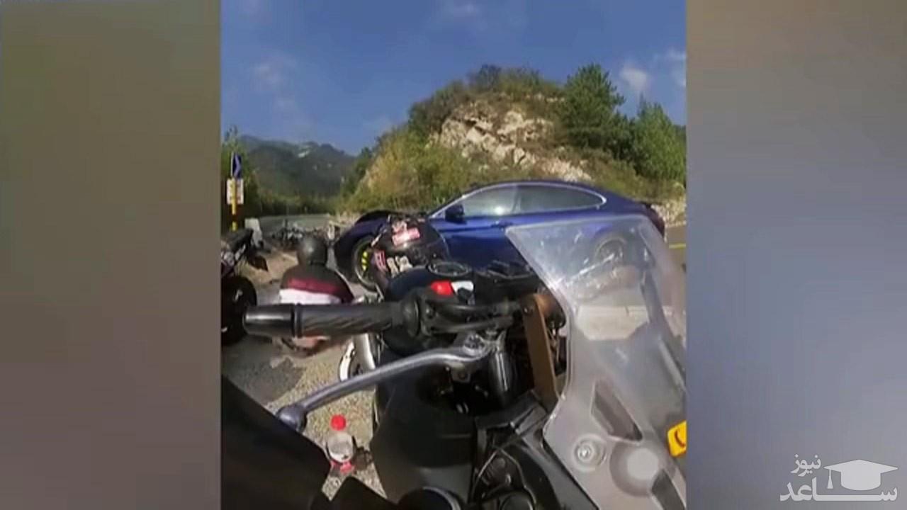 (فیلم) تصادف شاخ به شاخ موتورسیکلت با پورشه در سر پیچ