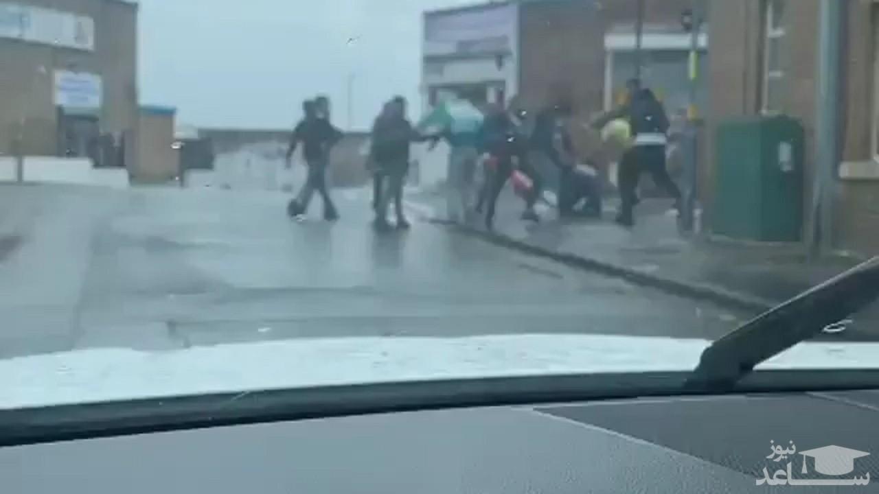 (فیلم) حمله منافقین به رای دهنده ایرانی در بیرمنگهام