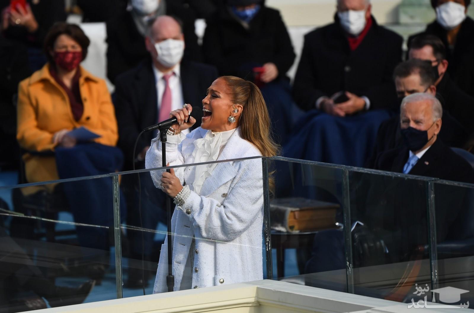 """اجرای سرود وطن پرستانه """"این سرزمین، سرزمین توست"""" توسط جنیفر لوپز در مراسم تحلیف جو بایدن"""