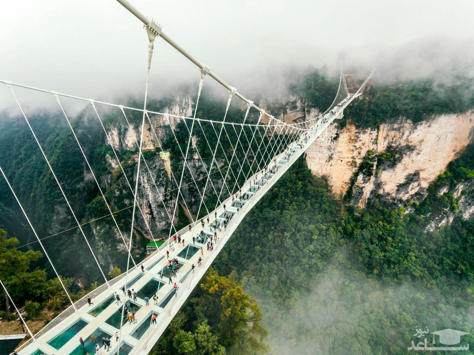 (عکس) شیشه پل معلق شیشهای در چین شکست