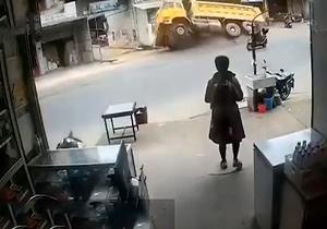 (فیلم) حفره ایجاد شده در زمین کامیون را با بارش بلعید