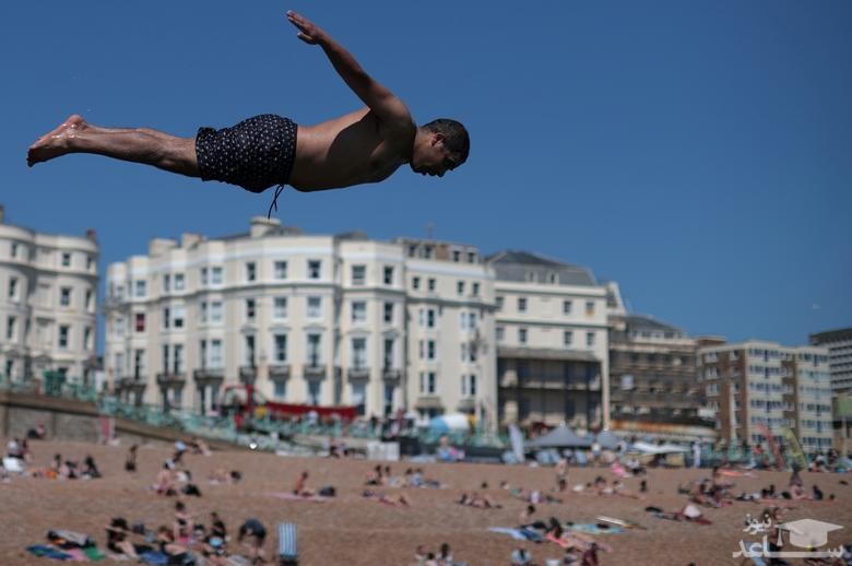 شیرجه به آب در ساحل شهر برایتون بریتانیا