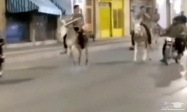 (فیلم) الاغ سواری وسط شهر برای فرار از محدودیت های شبانه!
