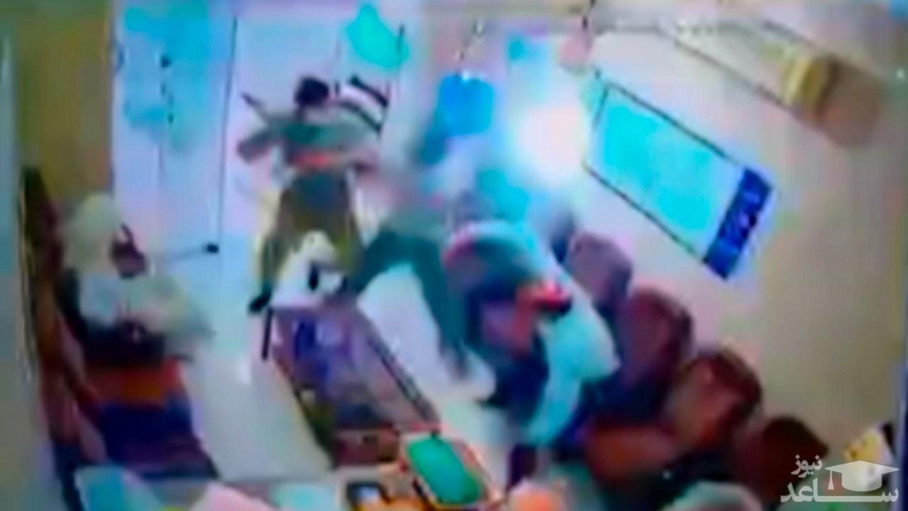 (فیلم) حمله وحشتناک اراذل و اوباش به فروشندگان یک مغازه