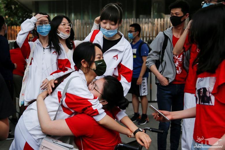 کنکور سراسری چین در مقابل یک مرکز برگزاری آزمون در شهر پکن