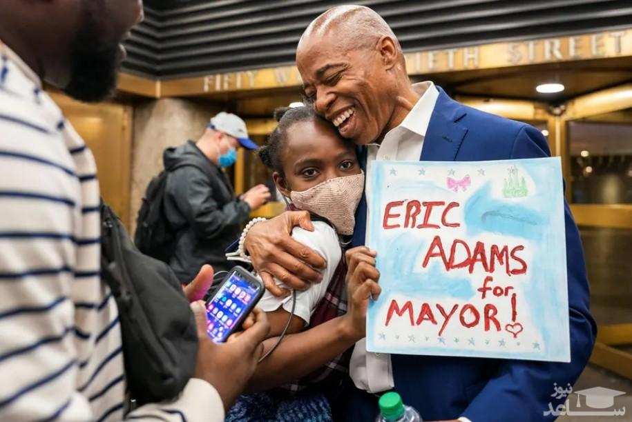 """""""اریک آدامز"""" نامزد دموکرات انتخابات شهرداری شهر نیویورک آمریکا در جریان کارزار انتخاباتی یک نوجوان حامی خود را در آغوش گرفته است."""