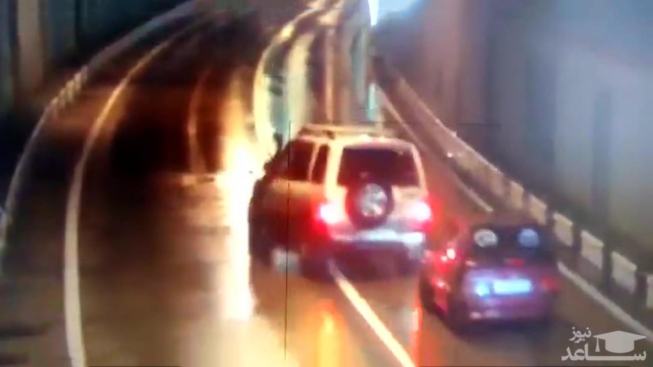 (فیلم) تصادف شدید دو ماشین سنگین و سه سواری در تونل