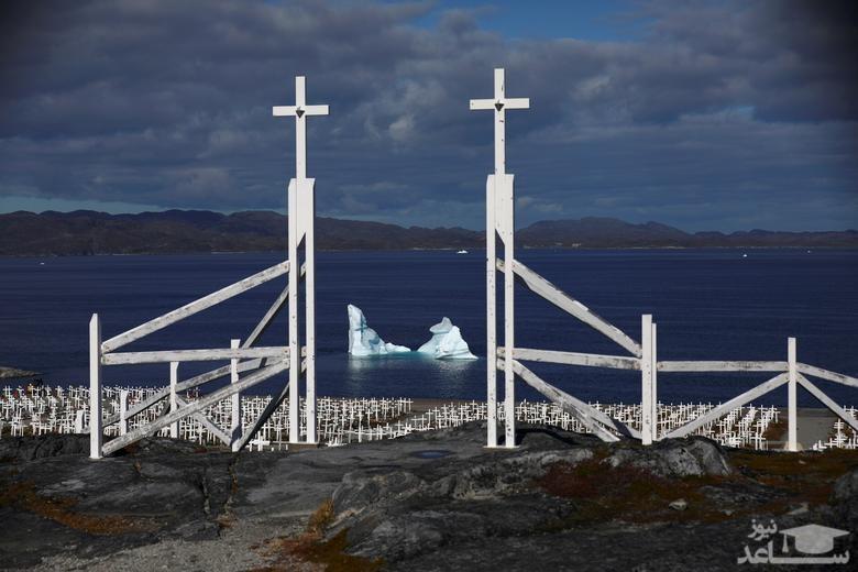آب شدن یک کوه یخی در گرینلند/ رویترز