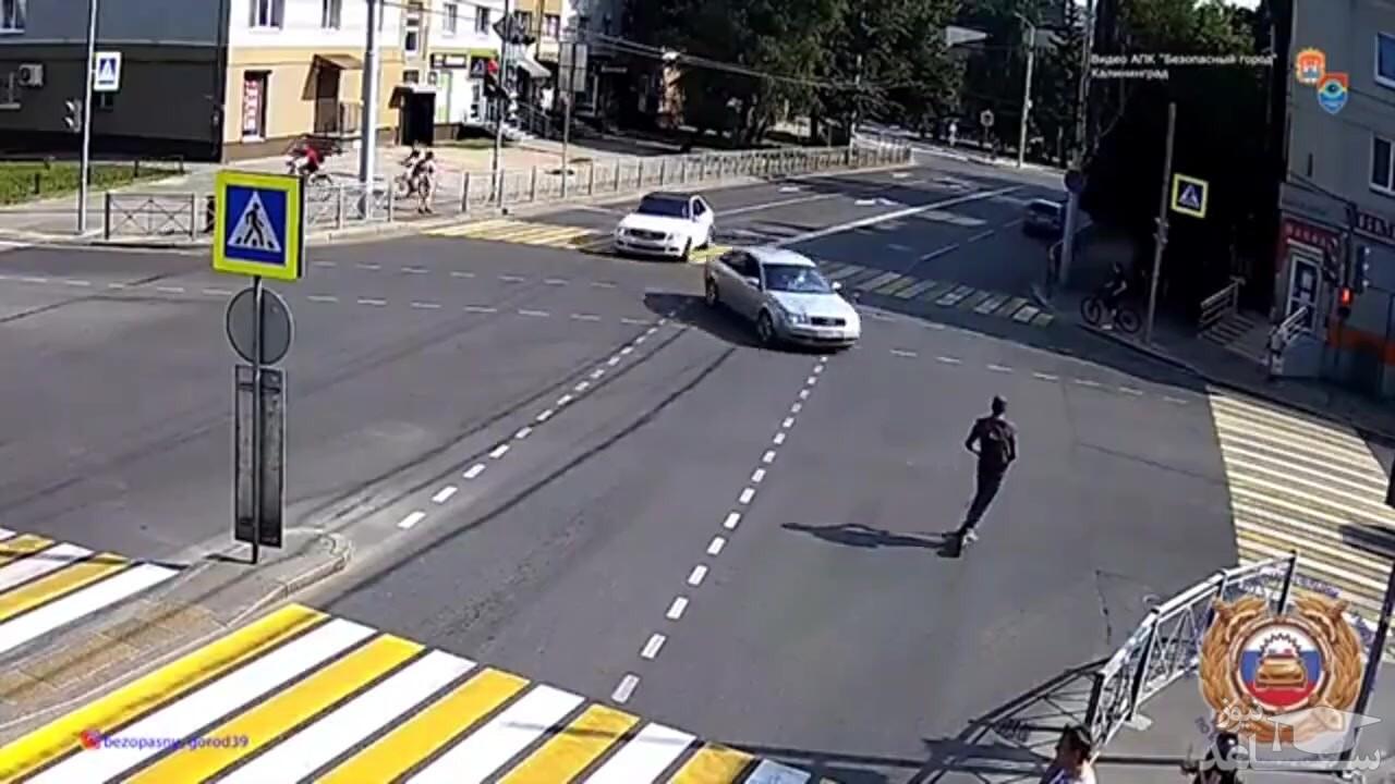 (فیلم) تصادف اتومبیل با اسکوتر در تقاطع