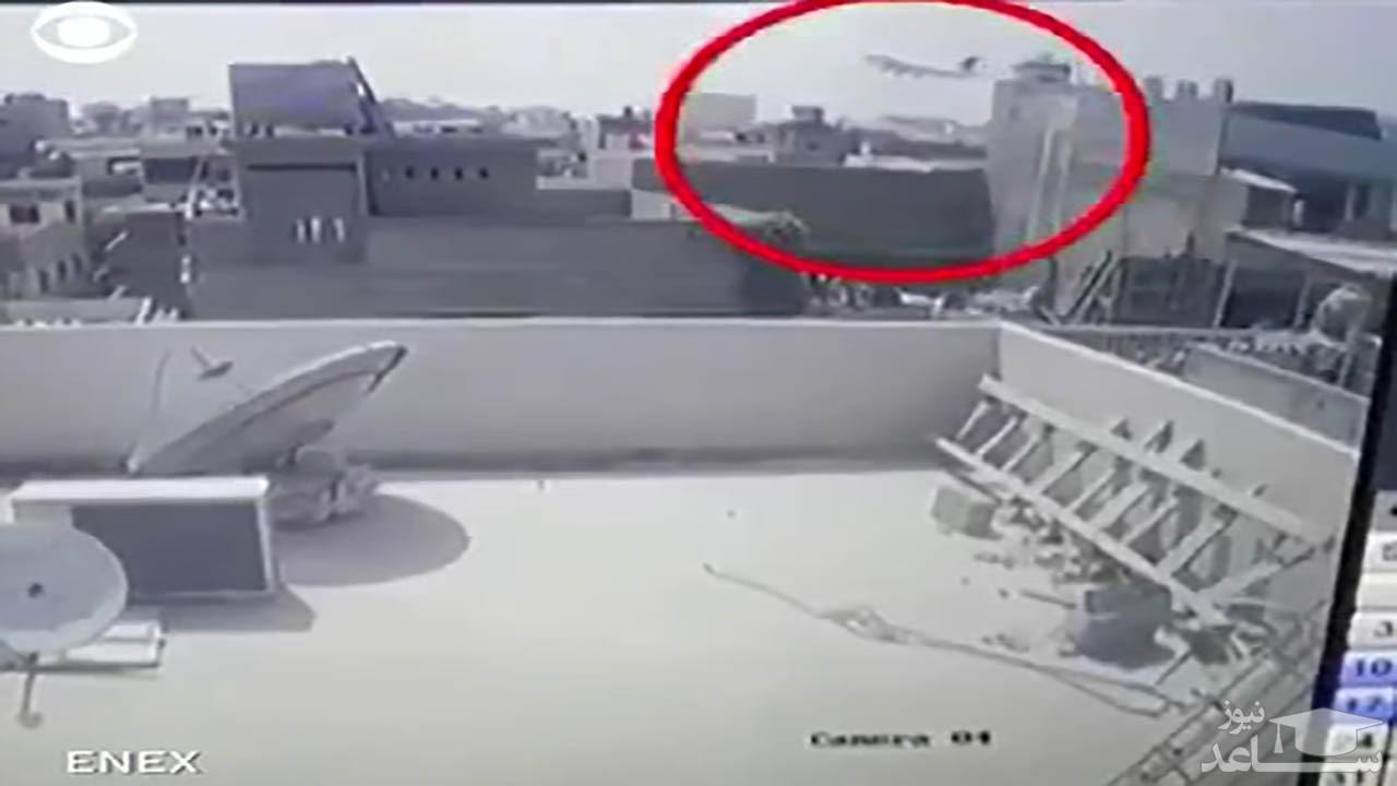 (فیلم) ثبت لحظه سقوط هواپیمای مسافربری پاکستان توسط دوربین مداربسته