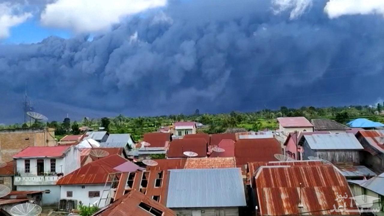 (فیلم) سیاه شدن آسمان اندونزی در پی فوران کوه آتشفشان