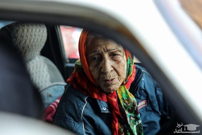 زن 90سالهای که در خیابان های تهران مسافرکشی می کند! + فیلم