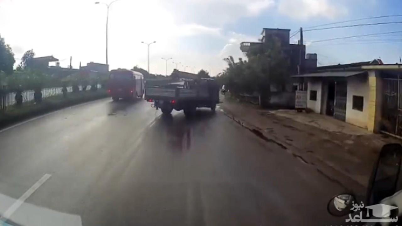 (فیلم) اقدام خطرناک یک پیرمرد در جاده