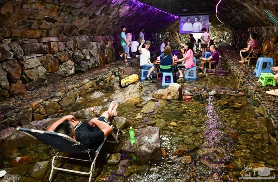 گردشگران در غار