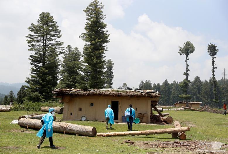تزریق واکسن کرونای هند به یک چوپان در منطقه ای جنگلی در کشمیر
