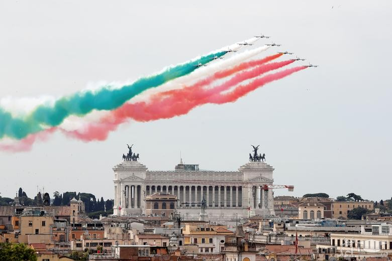 نمایش نیروی هوایی ایتالیا به مناسبت روز جمهوری در شهر روم