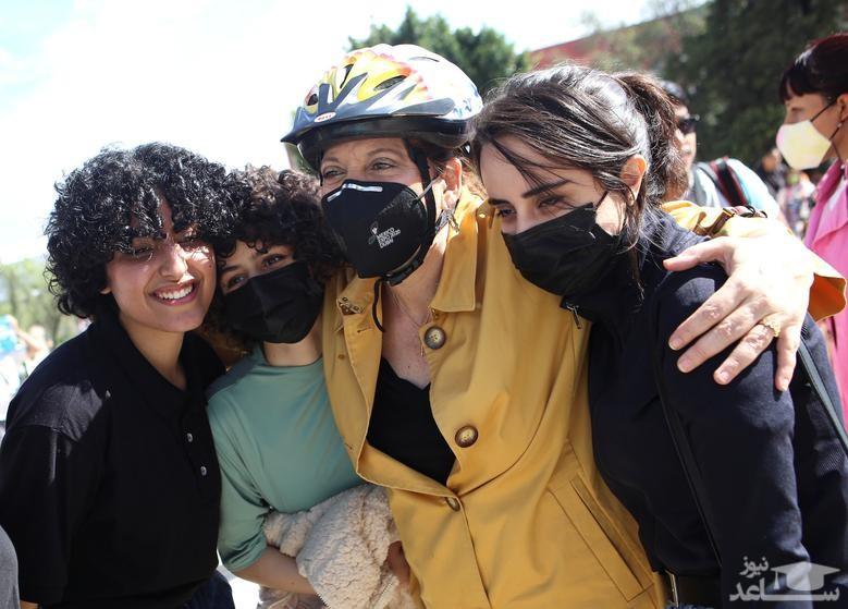 اعضای تیم روباتیک زنان افغانستان در آغوش معاون وزیر خارجه مکزیک در حاشیه تور دوچرخه سواری در شهر مکزیکوسیتی (پایتخت مکزیک) / رویترز