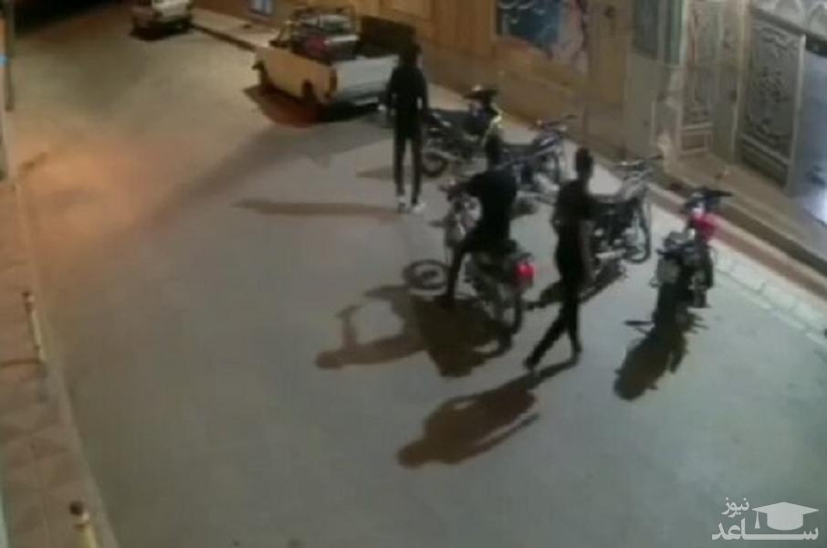 (فیلم) سرقت موتورسیکلت مقابل یک مسجد