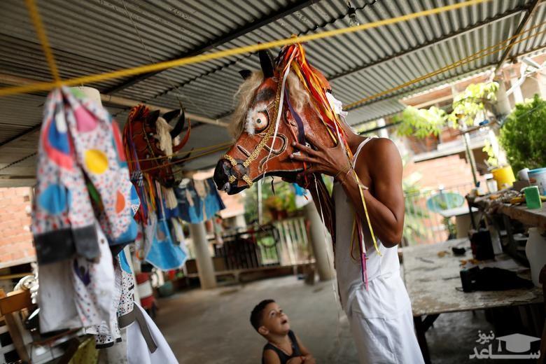 آماده شدن برای شرکت در کارناوال خیابانی در ونزوئلا