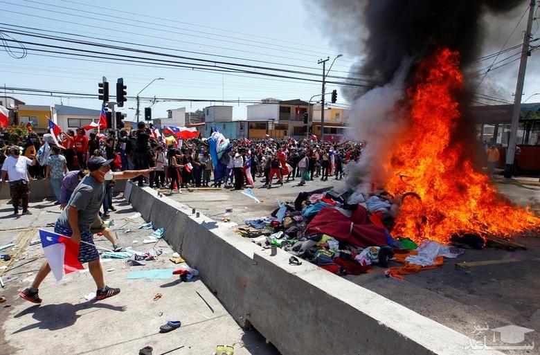 سوزاندان لوازم متعلق به مهاجران ونزوئلایی در جریان تظاهراتی ضد مهاجران در شیلی/ رویترز