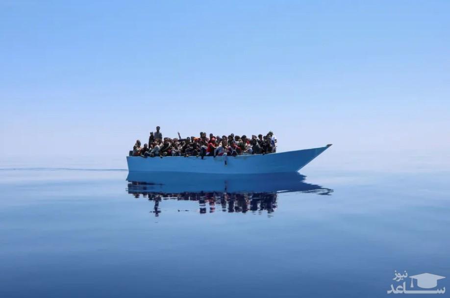 قایق پناهجویان عازم سواحل اروپا در دریای مدیترانه در انتظار رسیدن کشتی نجات