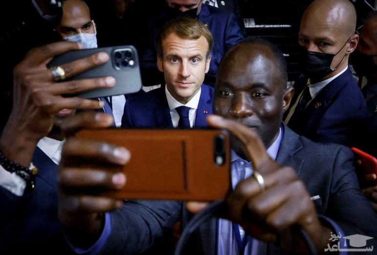 سلفی گرفتن با رییس جمهوری فرانسه در حاشیه اجلاس فرانسه – آفریقا 2021 در شهر مون پولیه در جنوب فرانسه/ خبرگزاری فرانسه