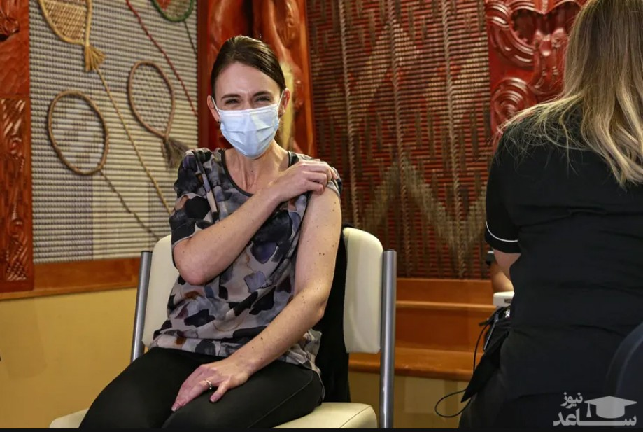 """""""جسیندا آردرن"""" نخست وزیر نیوزیلند نخستین دوز واکسن فایزر را دریافت کرد."""