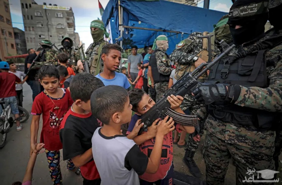 بازی کردن کودکان فلسطینی با تفنگ سرباز