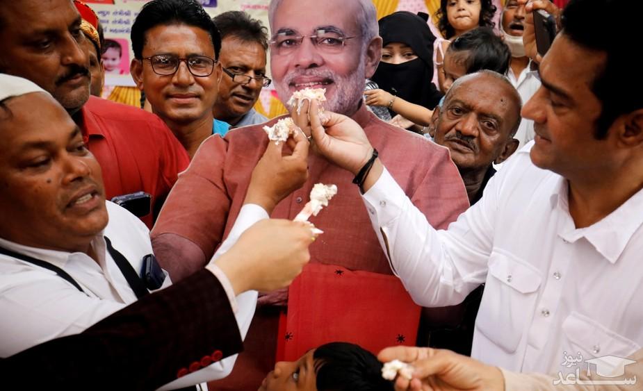 کیک تولد هفتادویک سالگی نارندا مودی نخست وزیر هند در شهر احمدآباد