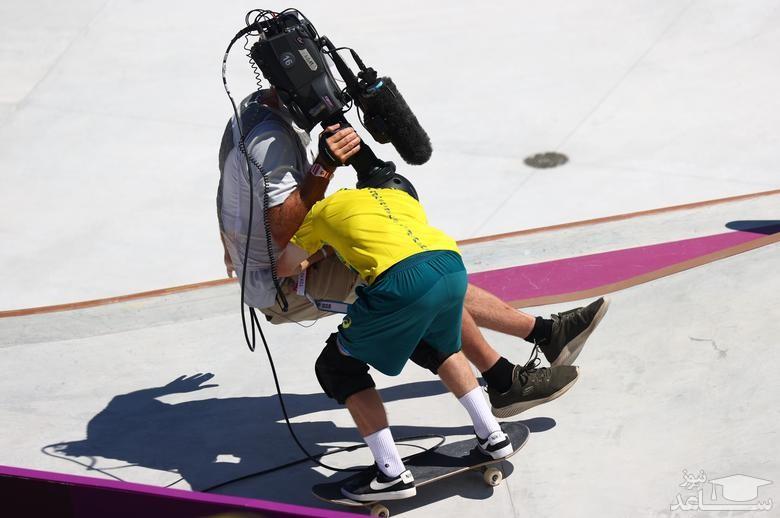 لحظه برخورد اسکیت بورد سوار استرالیایی حین انجام مسابقه با یک فیلمبردار در مسابقات المپیک 2020 توکیو/ رویترز