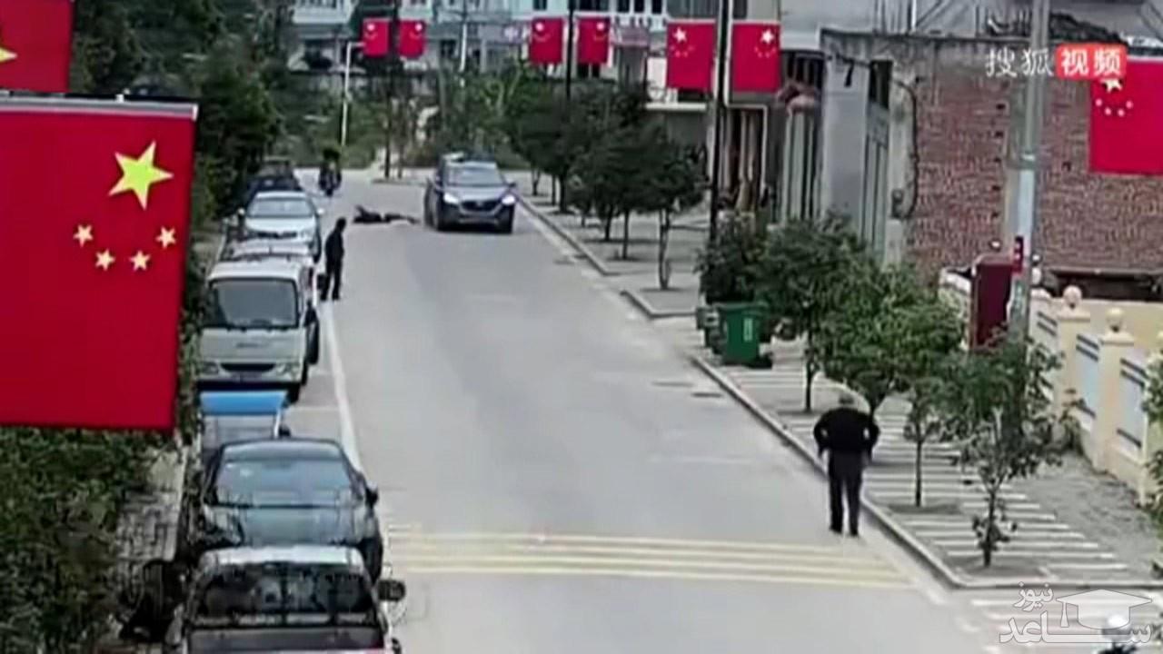 (فیلم) پرت شدن کودک به روی سقف خودرو پس از اقدام ناشیانه مادرش حین عبور از خیابان