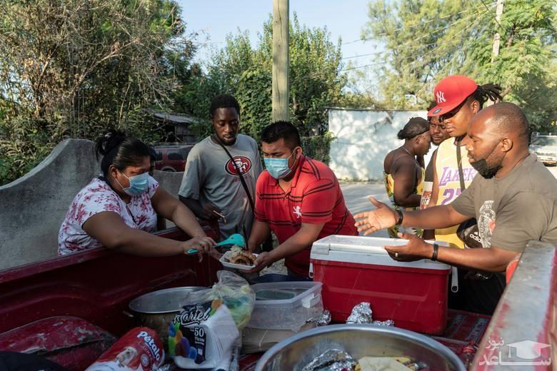"""عبور پناهجویان آمریکای مرکزی از رود مرزی """"ریو گرانده"""" بین ایالات متحده آمریکا و مکزیک/ رویترز"""