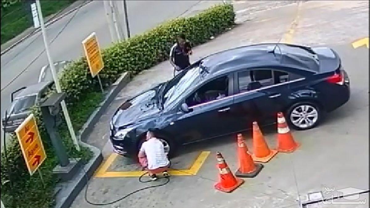 (فیلم) سرقت باورنکردنی کیف پول و موبایل از داخل خودرو