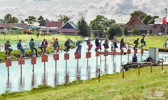 مسابقه عجیب نشستن روی میله چوبی!