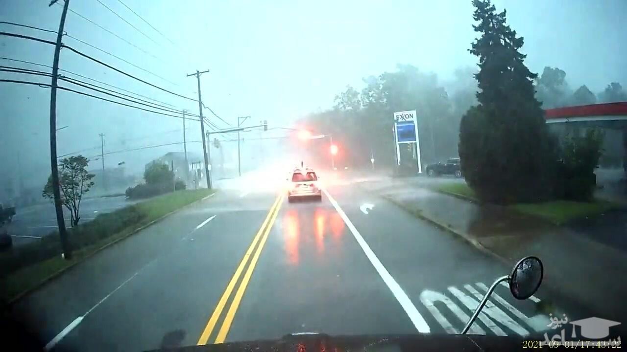 (فیلم) واژگون شدن تریلی بر اثر شدت طوفان