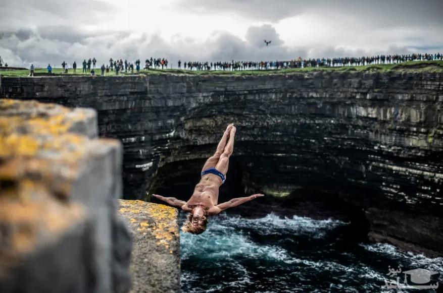 """شیرجه ورزشکار آمریکایی به داخل آب از ارتفاع 28 متری در مسابقات شیرجه """"رد بول"""" در ایرلند/ گتی ایمجز"""
