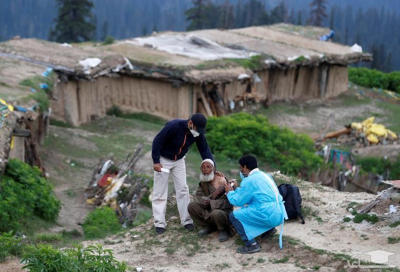 یک چوپان در منطقه کشمیر واکسن کرونا دریافت می کند