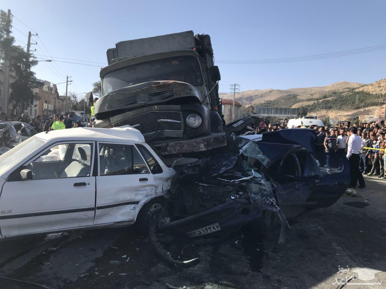 تصادف زنجیرهای ۱۱ خودرو در جاده شیراز - اصفهان
