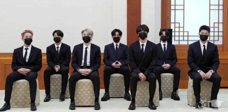 """اعضای گروه موسیقی پسرانه """" بی تی اس"""" کره جنوبی در کاخ ریاست جمهوری در شهر سئول و در مراسم انتصاب این گروه به عنوان نماینده ویژه رئیس جمهور برای نسل ها و فرهنگ آینده/ EPA"""